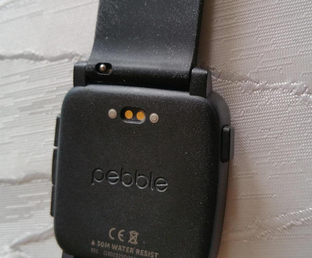 Rückseite der Uhr mit Ladepins