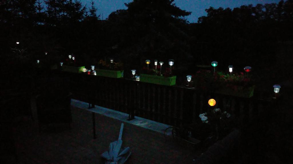 viele Solarlampen im halbdunkel